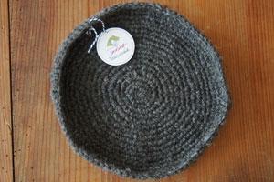 Dekoschale gehäkelt aus handgesponnener Wolle